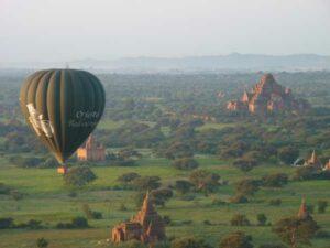 Blick von einem Ballon auf die zahlreichen Pagoden von Bagan