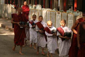 Die Nonnen stehen separat von den Mönchen