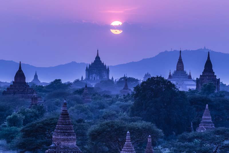 Die Tempelanlagen von Bagan bei Nacht mit Vollmond