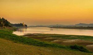 Sonnenuntergang über dem Irrawaddy -Fluss in der Nähe von Bagan . Bagan ist eine alte Stadt in Myanmar mit Tausenden von historischen buddhistischen Tempeln und Stupas., Myanmar, Burma