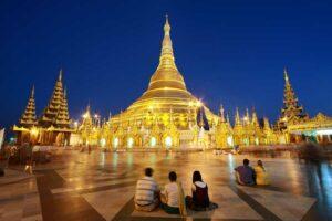 Die Shwedagon Pagode in Rangun (Yangon) in der abendlichen Stimmung