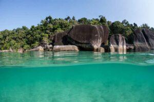 Blick auf das warme tropische Wasser und das felsige Ufer einer abgelegenen Insel im Mergui Archipel vor der Küste Myanmars. Diese schönen Inseln in der Andamanensee sind selten besucht aber einen Besuch wert.