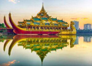 Der Golden Karaweik Palast in Rangun (Yangon) mit seiner Reflektion im Kandawgyi See