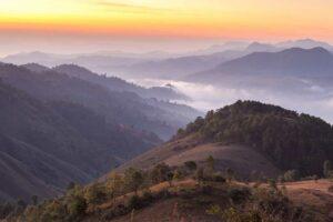 Bergtäler im Morgennebel in Myanmar, Burma