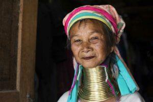 Das Portrait einer Langhalsfrau mit den typischen Messingringen um den Hals