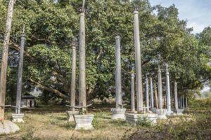 Die für die Gegend um Loikaw typischen Stele sind meistens an rituellen Orten platziert und dienen der Opfergaben an Götter als Danke für Erneten usw