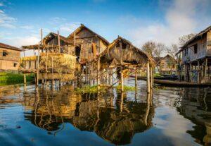 Ein Haus welches sich wunderschön im Inle See spiegelt, die Stelzenhäuser sind für den Inle See typisch um sich vor Hochwasser zu schützen