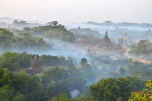 Die Mrauk -U Pagode , Myanmar mit dem abendlichen Nebel, Myanmar, Burma