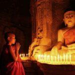 Ein Junger Mönch betet im Andaw Thein Tempel in Mrauk U , Myanmar, Burma
