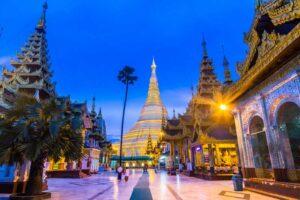 Die Shwedagon Pagode in Yangon (Rangun), Myanmar (Burma) bei Nacht