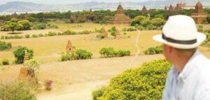 Ausblick von der Orcaella auf das vorbeiziehende Ufer mit den historischen Tempelanlagen, Flusskreuzfahrt Myanmar