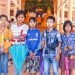 Die jungen Schirmhalter in Tachilek freuen sich über jeden Touristen
