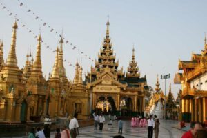 Schwedagon Pagode bei Anbruch der Daemmerung