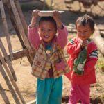 lachende Karen Kinder sind bei Kiangthung überall zu sehen.
