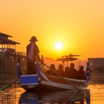 Mönche auf einen traditionellen Boot beim übersetzen über den Inle See, ein sehr beliebter Halt auf Ihrer Reise durch Myanmar