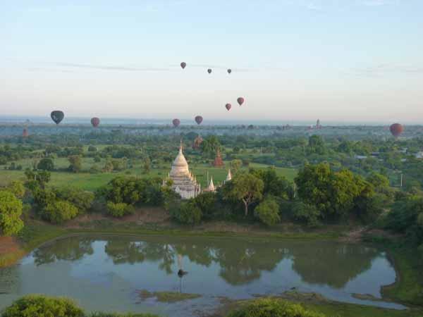 Atemberaubender Ausblick aus einem Ballon auf die Kulisse von Bagan