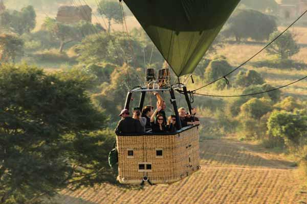 Ballonfahrt über Bagan in geringer Höhe