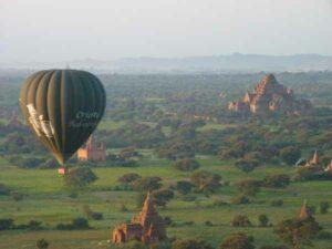 Blick von einem Ballonauf die zahlreichen Pagoden von Bagan.
