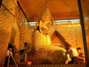 Buddha Statue im Mahamuni Paya bei Mandalay