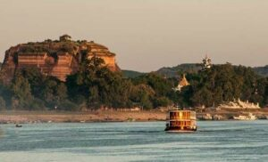 Die RV Paukan auf den Irrawaddy Fluss beim passieren der Tempelanlagen in Myanmar, Burma